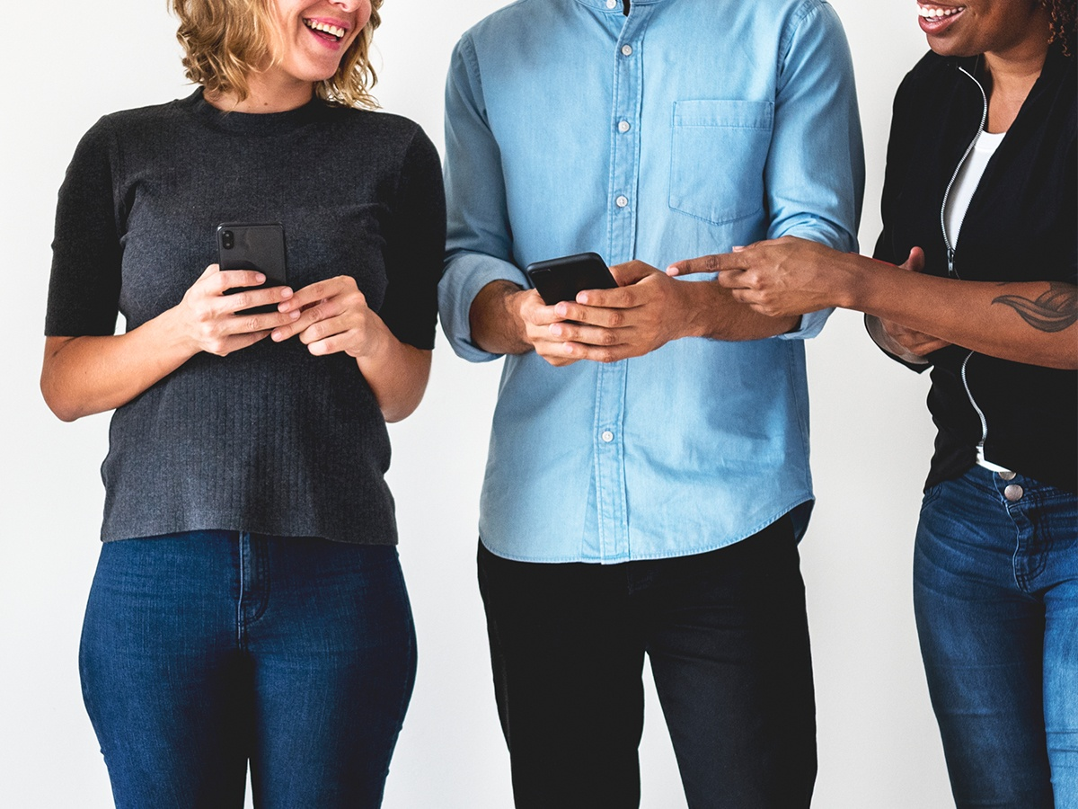 Customers with smartphones sharing business reputation information